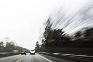 Voiture sur la route des vacances avec effet flou dû à la vitesse