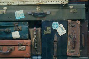 Valises en cuir avec étiquettes pour le voyage