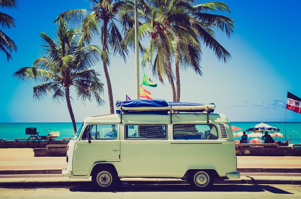 Van vert clair vacances devant palmiers à la plage