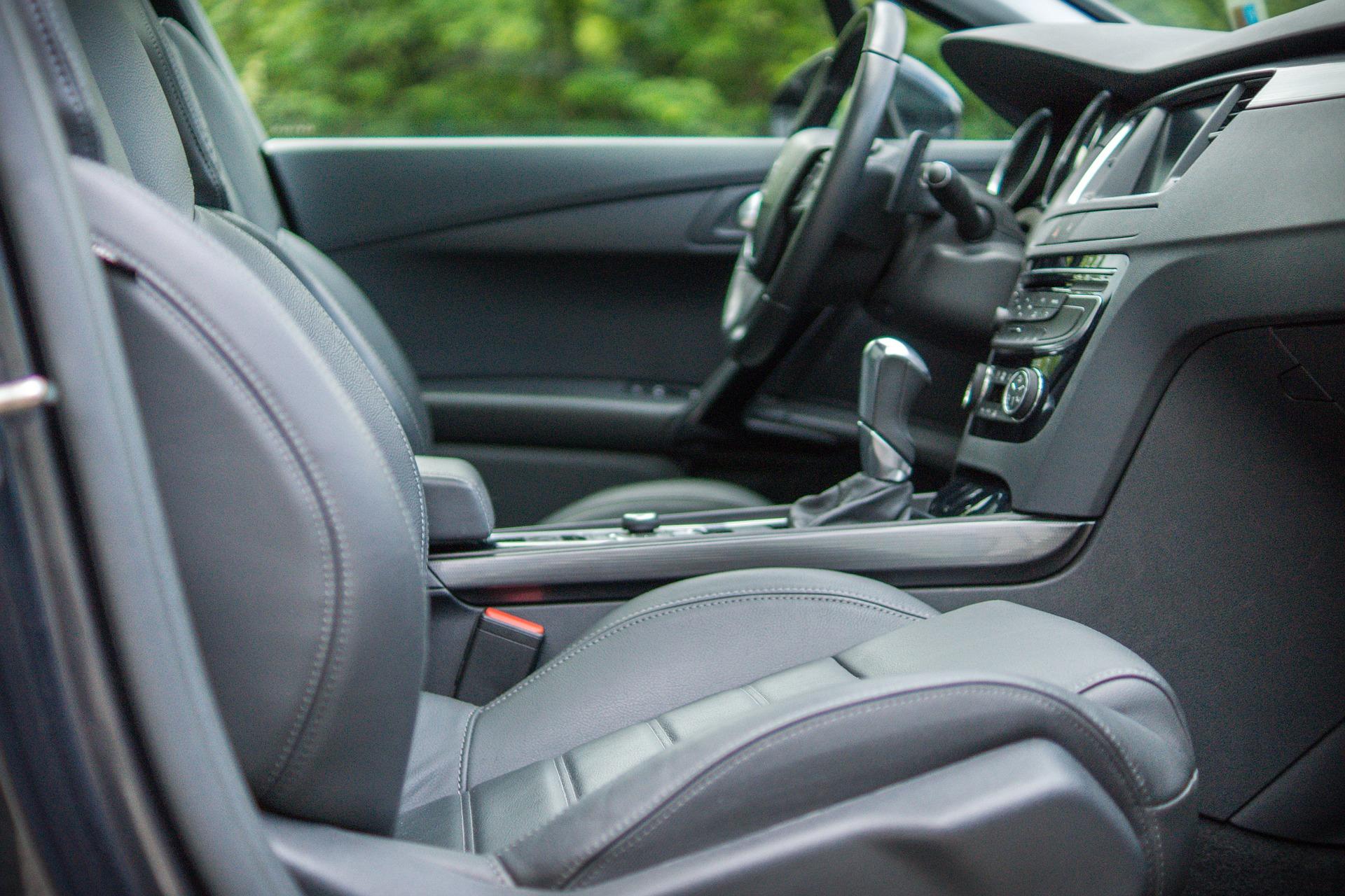 Intérieur d'une voiture noir et gris