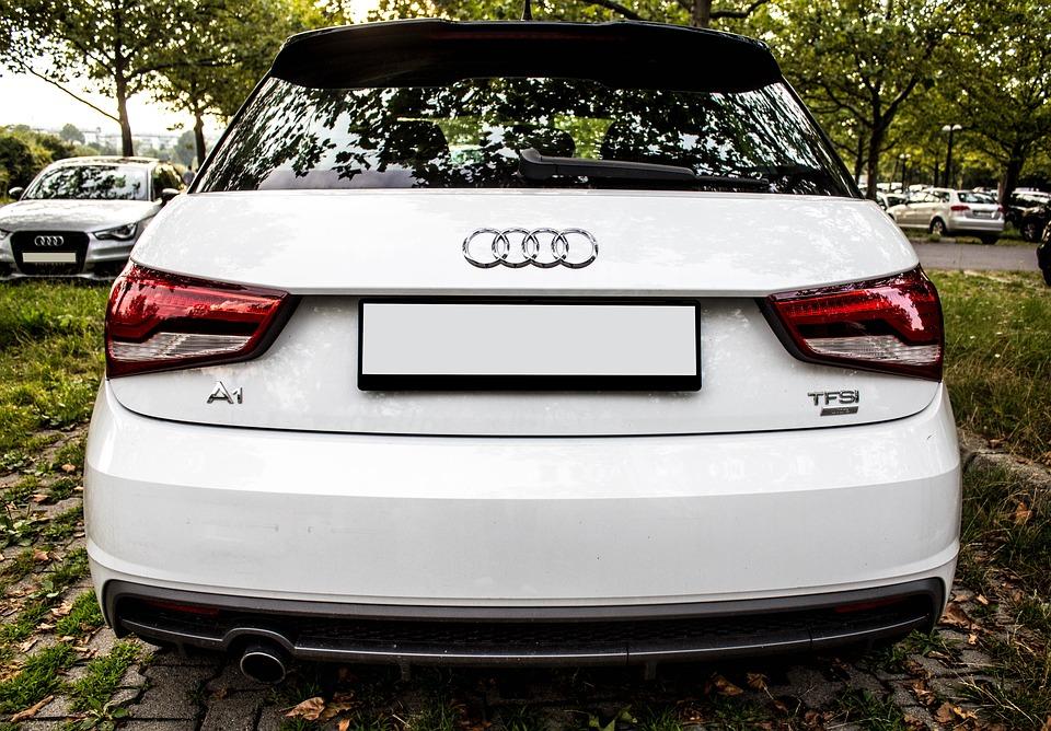 Vu arrière d'une Audi A1 blanche