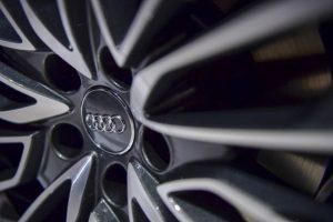 Zoom logo de la marque Audi sur une roue de voiture