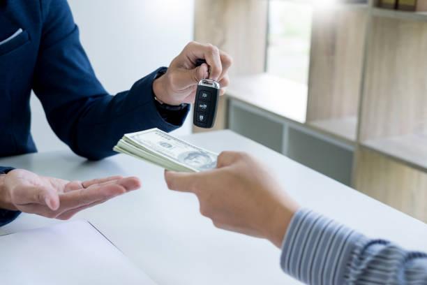 Echange d'une liasse de billets contre les clés d'une voiture