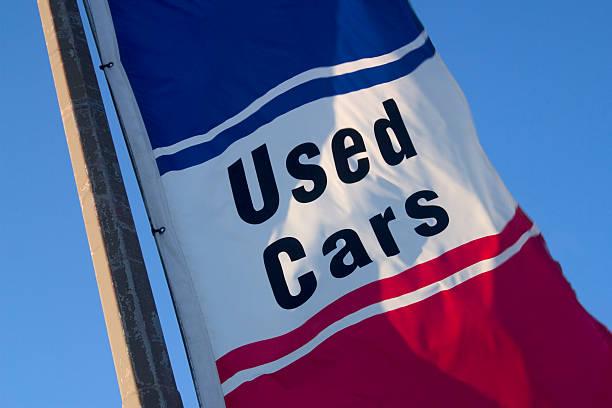 """Drapeau avec l'inscription """"Used Cars"""", soit """"Voitures d'occasion"""""""