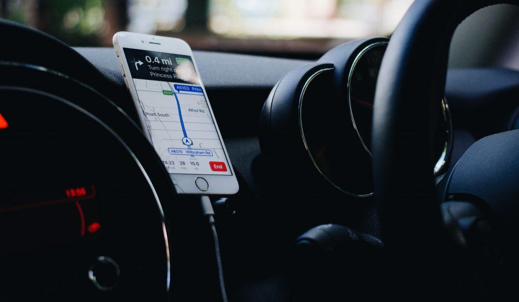 Téléphone blanc en train de charger en voiture